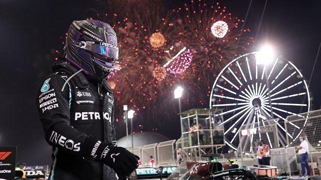 Brit Lewis Hamilton slaví triumf ve Velké ceně Bahrajnu.