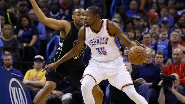 Basketbalista Milwaukee Bucks Khris Middleton (vlevo) brání Kevina Duranta z Oklahomy.