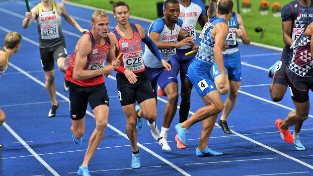 Pavel Maslák předává Patriku Šormovi ve finále štafety na 4x400 m.