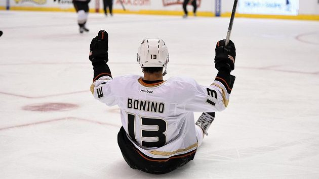Anaheimský útočník Bonino oslavuje svůj neskutečný gól proti Los Angeles