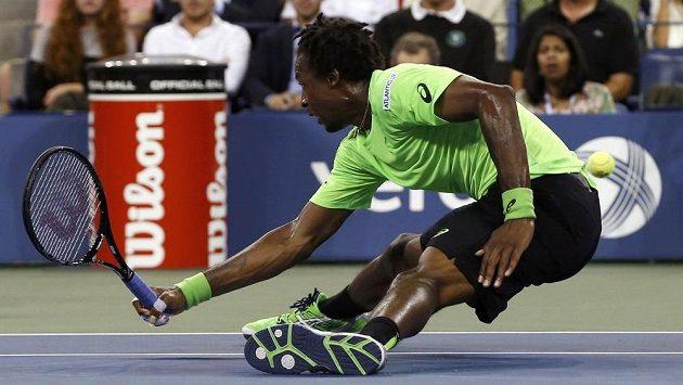 Francouz Gael Monfils se snaží odehrát míček v zápase proti Rogeru Federerovi na US Open.