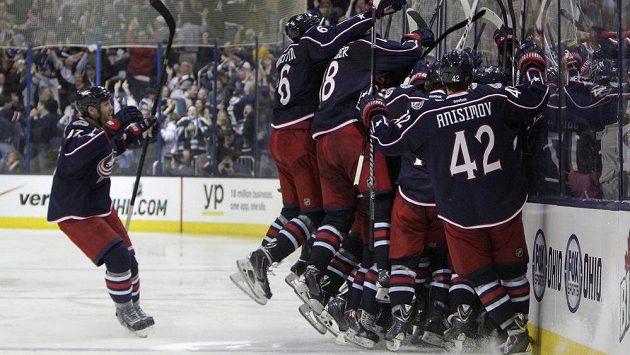 Hokejisté Columbusu Blue Jackets slaví premiérovou výhru v domácím utkání play off NHL nad Pittsburghem.