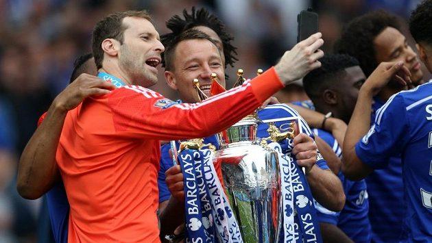 Petr Čech (vlevo) a obránce Chelsea John Terry se fotí s trofejí pro šampióny Premier League.