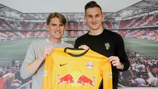 Adam Stejskal (vpravo) prodloužil o tři roky smlouvu se Salcburkem. Vlevo Christoph Freund, sportovní ředitel FC Red Bull.