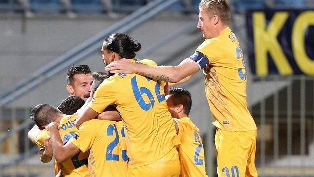 Radost fotbalistů Asterasu po vedoucím gólu v utkání EL s pražskou Spartou.