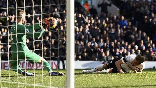 Brankář Manchesteru United David De Gea (vlevo) při úspěšném zákroku v anglické lize, neprosadil se Harry Kane z Tottenhamu.