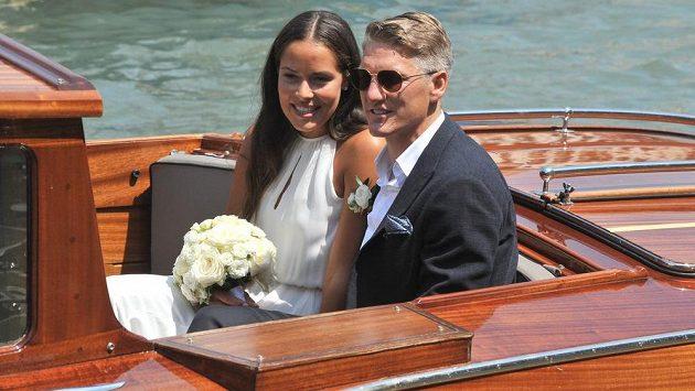 Srbská tenistka Ana Ivanovičová a německý fotbalový reprezentant Bastian Schweinsteiger při svatbě v Benátkách.