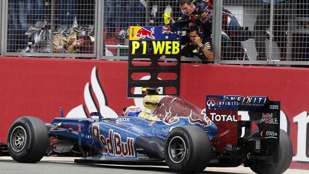 Tým Red Bull vítá v cíli svého vítěze Marka Webbera.