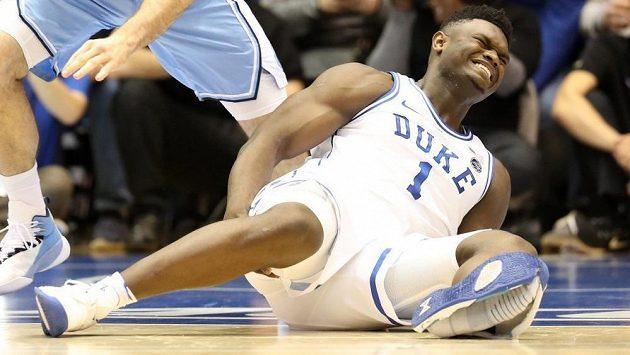 Zion Williamson si kvůli roztržené botě poranil koleno.