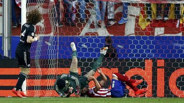 Gólman Chelsea Petr Čech při kolizi s hráčem Atlétika Madrid Raulem Garciou, po němž mu skončila sezóna.