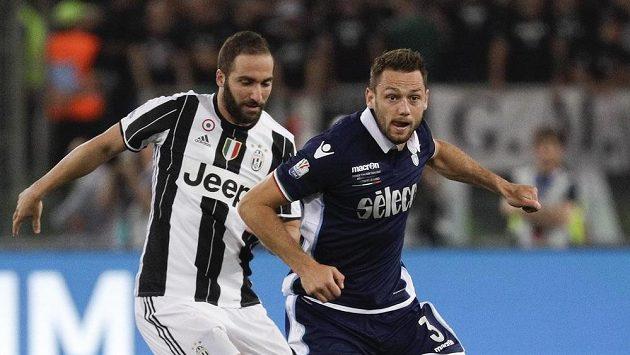 Stefan de Vrij (vpravo) z Lazia a Gonzalo Higuaín z Juventusu. Ilustrační snímek.