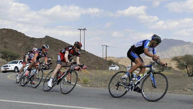 Závodníci na trati čtvrteční etapy cyklistického závodu Kolem Ománu.