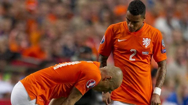 Arjen Robben (vlevo) se po 30 minutách zranil a duel proti Islandu nedohrál.