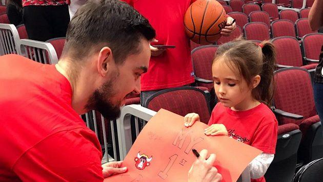 Malá fanynka Chicaga rozesmála českého basketbalistu Tomáše Satoranského. Přišla si pro podpis a tvrdila, že je to její první zápas Bulls. Čech odvětil, že pro něj taky.