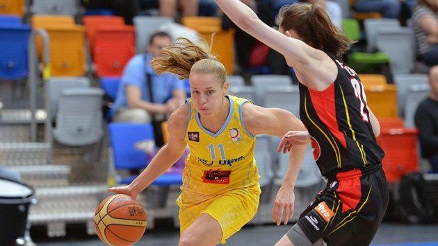 Kateřina Elhotová z USK Praha (vlevo) a Anna Hrušková z Hradce Králové v prvním utkání finále play off basketbalové ligy žen.