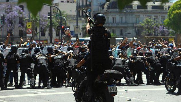 Živě: Procesí s tělem Diega Maradony míří na hřbitov