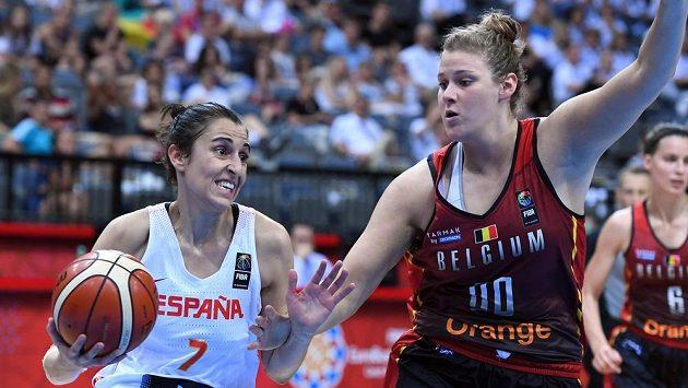 Alba Torrensová (vlevo) ze Španělska se snaží obejít bránící Kyaru Linskensovou z Belgie.