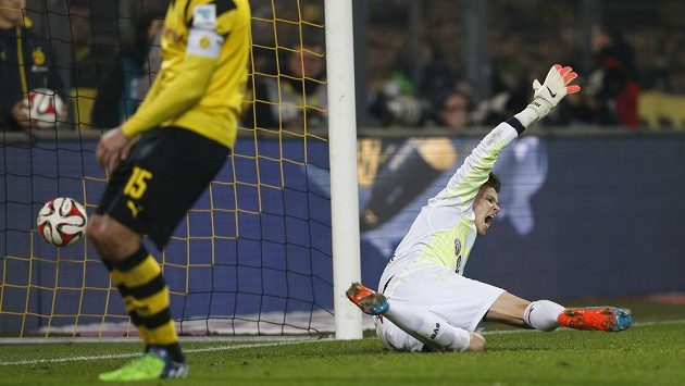 Rozladěný brankář Borussie Dortmund Mitch Langerak (vpravo) poté, co inkasoval gól v utkání s Wolfsburgem. Vlevo je stoper Mats Hummels.