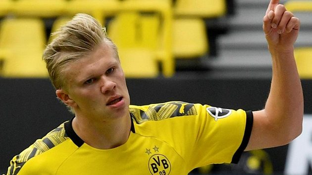 Norský útočník Erling Braut Haaland z Dortmundu potvrdil i utkání proti Schalke pověst střelce.