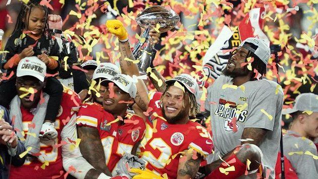Hráči Kansas City Chiefs slaví triumf v Super Bowlu.