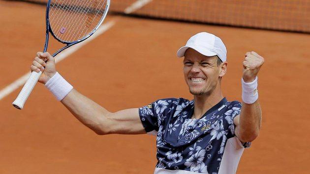 Tomáš Berdych se raduje z postupu mezi osmičku nejlepších na Roland Garros.