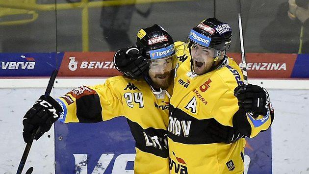 Hráči Litvínova Jan Ščotka (vlevo) a Jakub Petružálek se na archivním snímku radují z gólu.