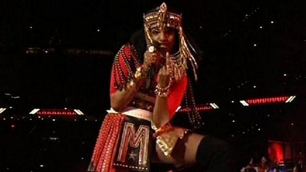 Kontroverzní rapperka M.I.A. a její obscénní gesto během přestávky Super Bowlu.
