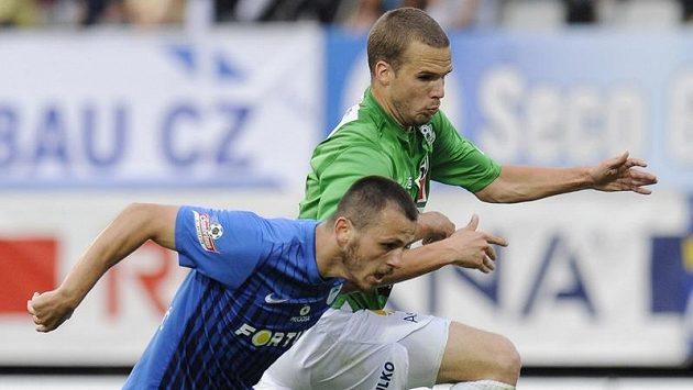Filip Novák z Jablonce a Miloš Bosančić (vlevo) z Liberce.