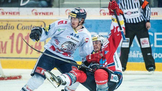 Pardubický hokejový útočník Tomáš Zohorna (vpravo) padá po souboji s libereckým forvardem Janem Víškem.