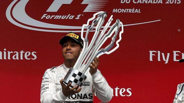 Brit Lewis Hamilton s trofejí pro vítěze Velké ceny Kanady vozů formule 1.