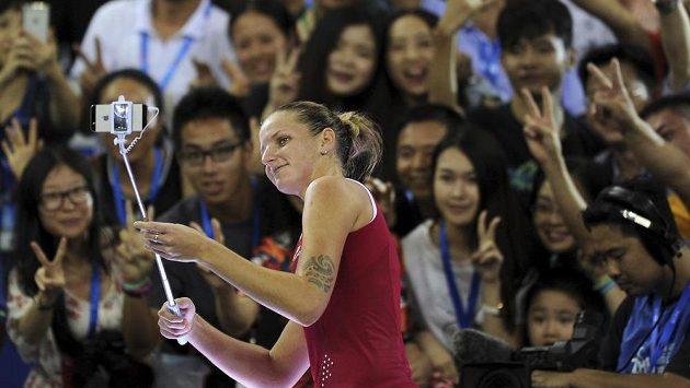 Karolína Plíšková fotí selfie s čínským publikem.
