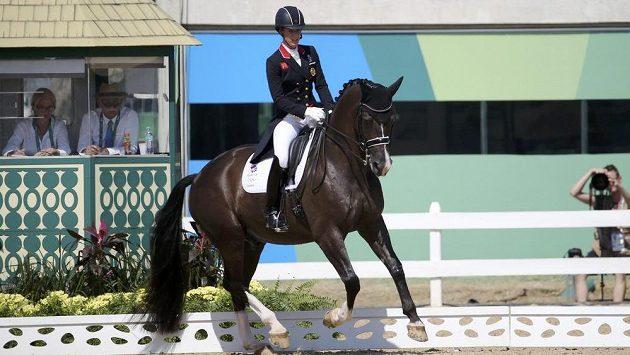 Britka Charlotte Dujardinová vede koně Valegra ke zlatu v olympijské soutěži v drezuře.