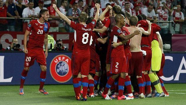 Čeští fotbalisté se radují z výhry nad Polskem a postupu do čtvrtfinále ME.