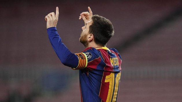 Barcelonský Lionel Messi se raduje z proměněné penalty proti PSG.