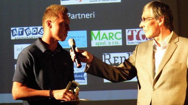Moderátor Petr Vichnar vyzpovídal Kristiána Kolčáka (Slovan Bratislava), který poté předal cenu pro fotbalistu roku do rukou Ľubomíra Drahoše z týmu Masam.