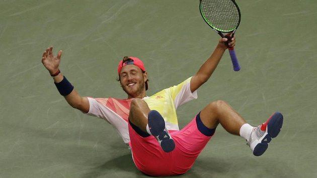 Francouzský tenista Lucas Pouille slaví vítězství nad Rafaelem Nadalem v osmifinále US Open.