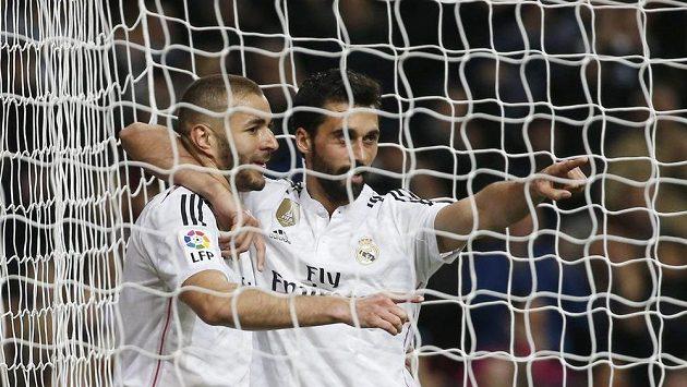 Útočník Realu Madrid Karim Benzema (vlevo) slaví se spoluhráčem Álvarem Arbeloou gól proti La Coruni.