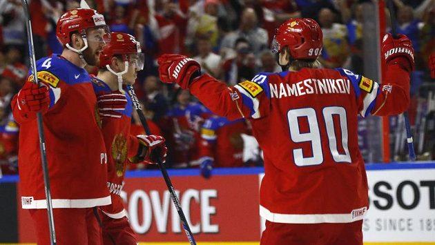 Ruští hokejisté radují z gólu.