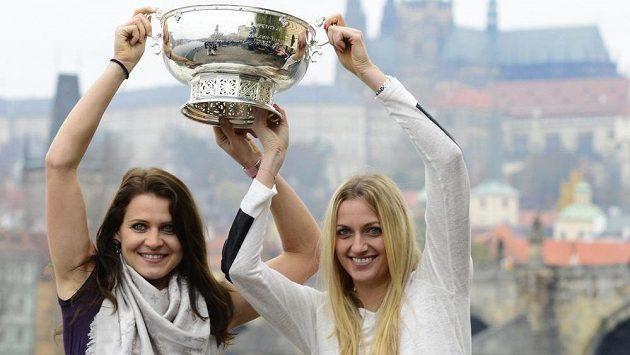 České tenistky Lucie Šafářová (vlevo) a Petra Kvitová s pohárem pro vítězky Fed Cupu.