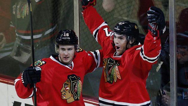 Michael Frolík (vpravo) oslavuje jednu ze svých dvou branek do sítě Minnesoty.