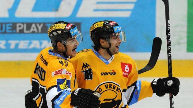 Litvínovský obránce Tomáš Frolo (vlevo) a útočník Robin Hanzl se radují z gólu.