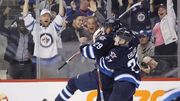 Útočník Winnipegu Patrik Laine (vlevo) slaví se spoluhráčem Nikolajem Ehlersem rozhodující gól proti Torontu.