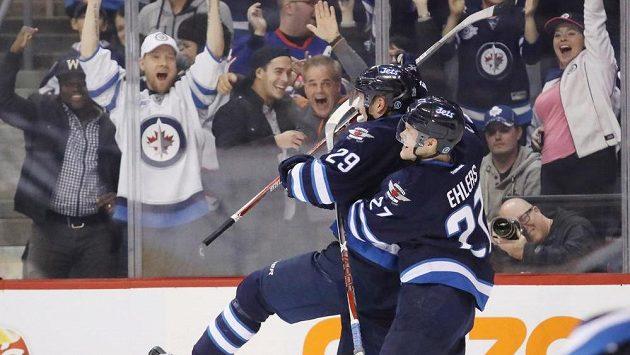 Útočník Winnipegu Patrik Laine (vlevo) slaví se spoluhráčem Nikolajem Ehlersem gól proti Torontu.