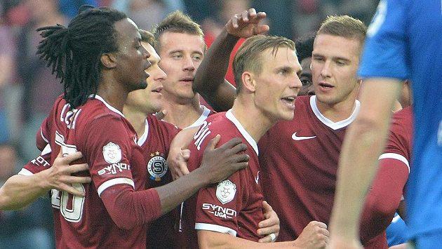 Zleva Costa Nhamoinesu, David Lafata, Lukáš Mareček, střelec Bořek Dočkal, Tiémoko Konaté, Pavel Kadeřábek ze Sparty se radují z gólu proti Liberci.