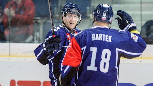Liberecký Ondřej Vitásek (vlevo) a jeho spoluhráč Martin Bartek.