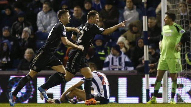 Fotbalista Chelsea Branislav Ivanovic (vpravo) slaví se spoluhráčem Garym Cahillem gól proti West Bromwichi. Výhru však nakonec neznamenal.