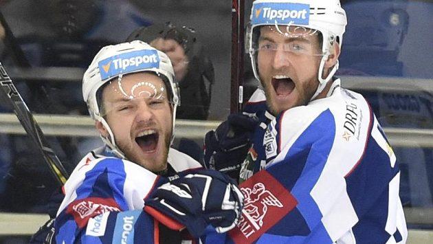 Zleva Jan Štencel a Martin Dočekal z Brna se radují z gólu.