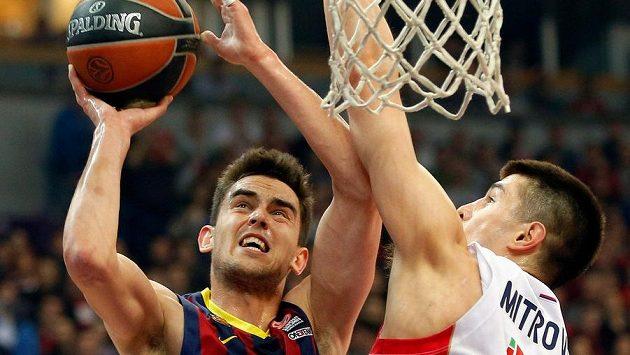 Tomáš Satoranský v dresu Barcelony (vlevo) v souboji s Lukou Mitrovičem z Bělehradu.