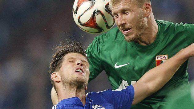 Nizozemský kanonýr Klaas-Jan Huntelaar (vlevo) v dresu Schalke svádí tvrdý hlavičkový souboj s Estoncem Ragnarem Klavanem z Augsburgu.