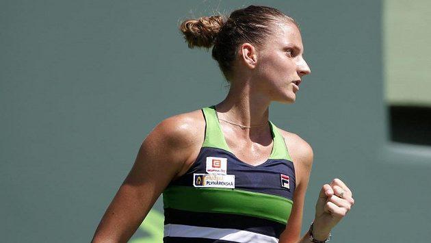 Česká tenistka Karolína Plíšková během utkání s Barborou Strýcovou.